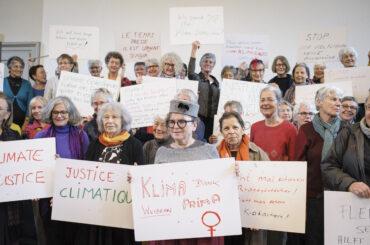 Die Klimaseniorinnen klagen den Schweizer Staat an, am Dienstag (25.10.16) in Bern. Foto: Flurin Bertschinger/Ex-Press